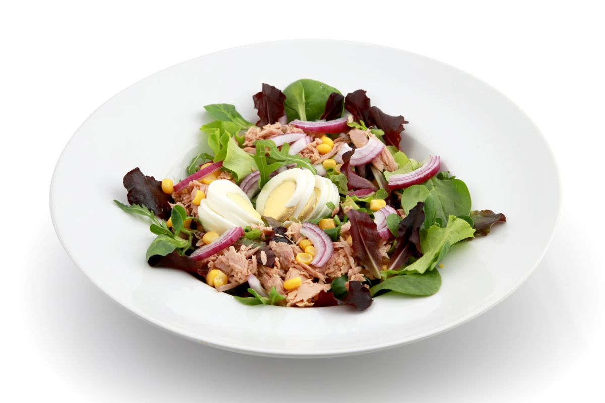 Tuna, mixed leaves, bell pepper, red onion, sweetcorn, Kalamata olives, boiled egg and fresh lemon dressing
